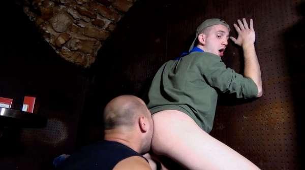 Duo d'actifs sur le cul d'un jeune scout chaud