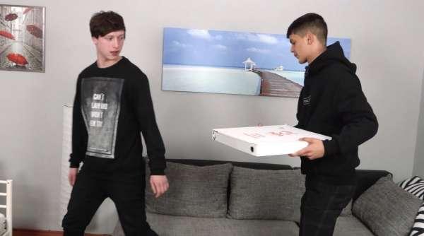La grosse bite du petit livreur de Pizza
