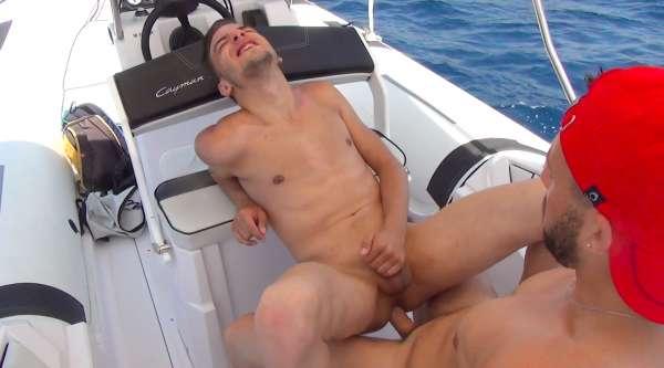Baise puissante d'un petit cul serré et imberbe par la bite d'un marin dominant